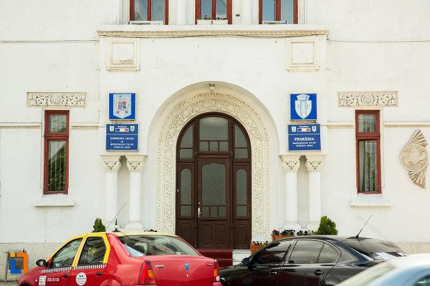 intrarea-in-caminul-de-ucenici-al-cooperatiei-mestesugaresti-azi-primaria-din-targu-jiu-judetul-gorj.jpg