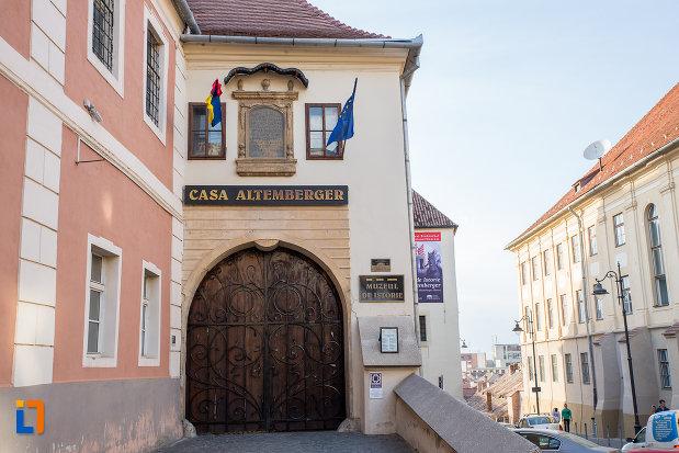 intrarea-in-casa-altemberger-pempflinger-primaria-veche-din-sibiu-judetul-sibiu.jpg