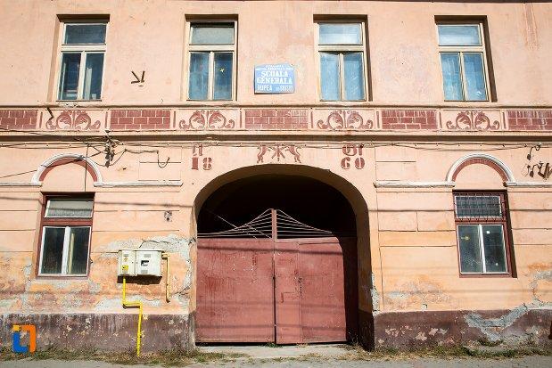 intrarea-in-casa-azi-scoala-generala-din-rupea-judetul-brasov.jpg