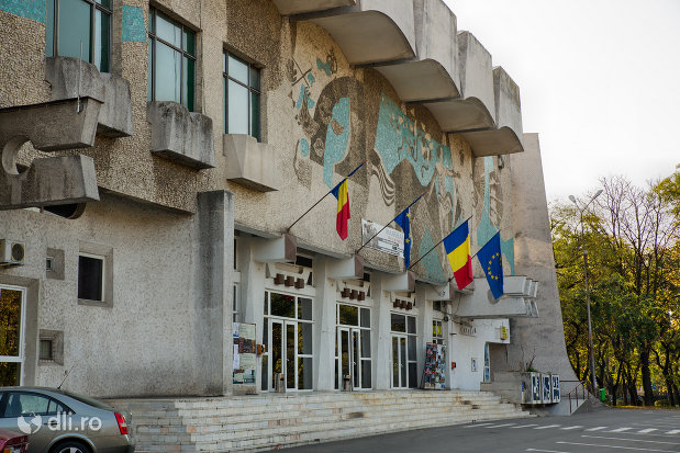 intrarea-in-casa-de-cultura-a-sindictelor-din-oradea-judetul-bihor.jpg