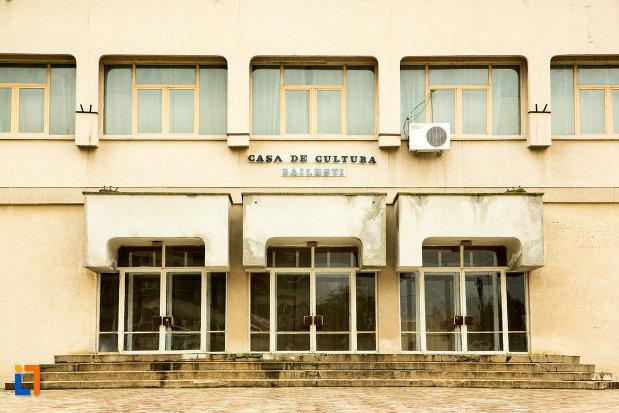 intrarea-in-casa-de-cultura-din-bailesti-judetul-dolj.jpg