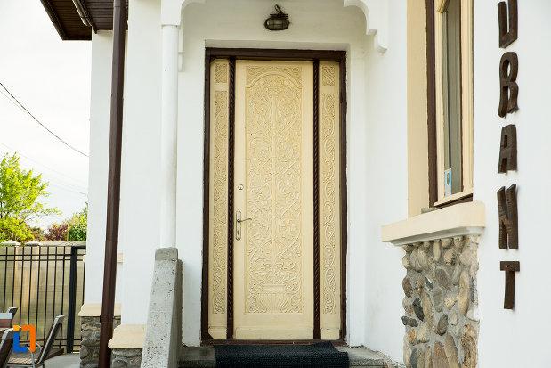 intrarea-in-casa-de-pe-calea-eroilor-din-targu-jiu-judetul-gorj.jpg