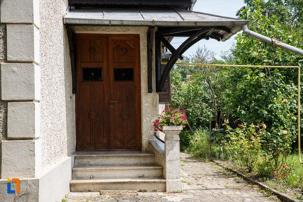 intrarea-in-casa-ion-manolescu-din-breaza-judetul-prahova.jpg