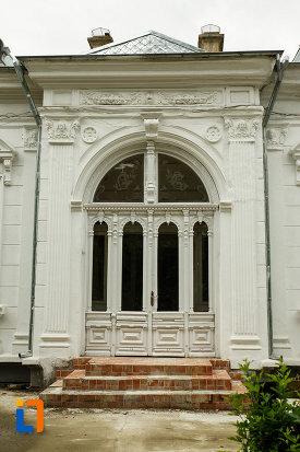 intrarea-in-casa-leon-cracalia-din-focsani-judetul-vrancea.jpg