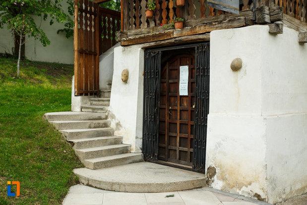 intrarea-in-casa-memoriala-anton-pann-din-ramnicu-valcea-judetul-valcea.jpg