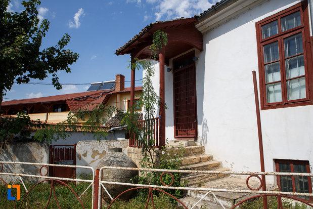 intrarea-in-casa-panaghia-expozitia-de-arta-orientala-din-babadag-judetul-tulcea.jpg