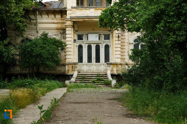 intrarea-in-casa-vianu-din-odobesti-judetul-vrancea.jpg