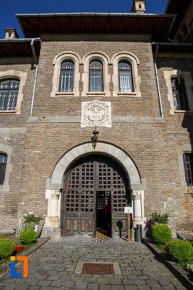 intrarea-in-castelul-cantacuzino-din-busteni-judetul-prahova.jpg