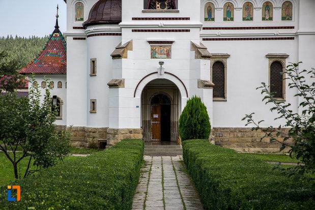 intrarea-in-catedrala-adormirea-maicii-domnului-din-campulung-moldovenesc-judetul-suceava.jpg