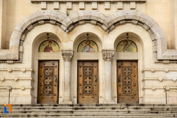 intrarea-in-catedrala-ortodoxa-a-vadului-feleacului-si-clujului-din-cluj-napoca-judetul-cluj.jpg