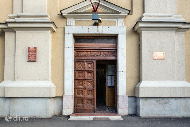 intrarea-in-catedrala-ortodoxa-adormirea-maicii-domnului-biserica-cu-luna-din-oradea-judetul-bihor.jpg