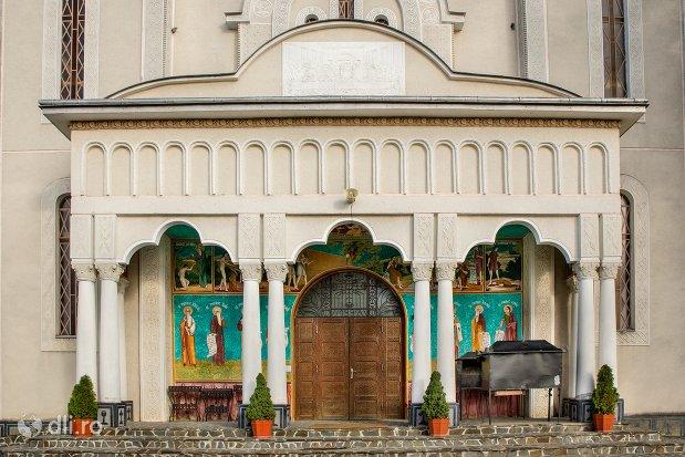 intrarea-in-catedrala-ortodoxa-din-calinesti-oas-judetul-satu-mare.jpg