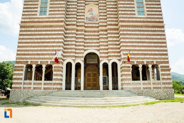 intrarea-in-catedrala-ortodoxa-sf-gheorghe-din-nehoiu-judetul-buzau.jpg