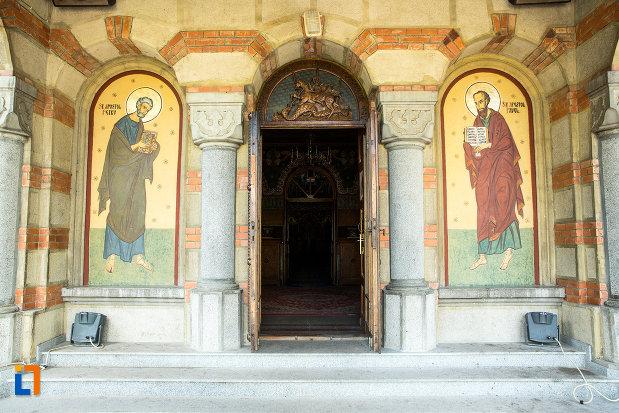intrarea-in-catedrala-ortodoxa-sf-gheorghe-din-tecuci-judetul-galati.jpg