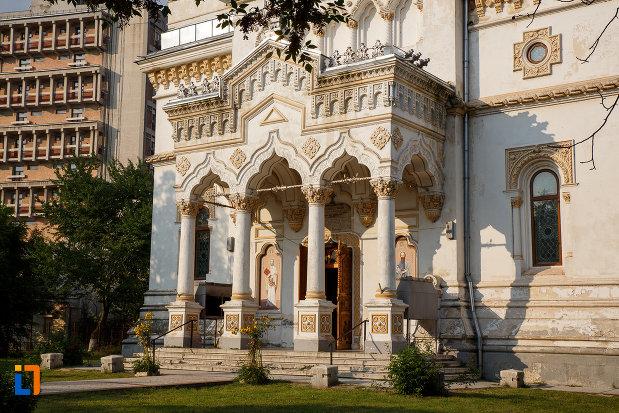 intrarea-in-catedrala-ortodoxa-sf-haralambie-din-turnu-magurele-judetul-teleorman.jpg