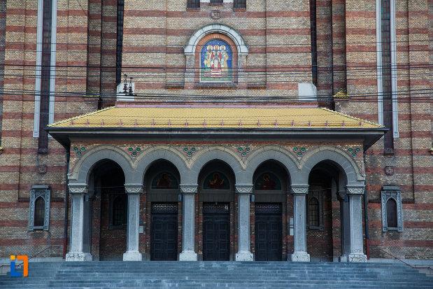 intrarea-in-catedrala-ortodoxa-sf-trei-ierarhi-din-timisoara-judetul-timis.jpg