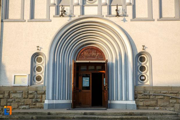 intrarea-in-catedrala-pogorarea-sfantului-duh-din-radauti-judetul-suceava.jpg