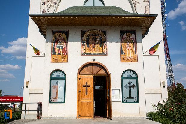 intrarea-in-catedrala-sf-imparati-constantin-si-elena-din-urziceni-judetul-ialomita.jpg