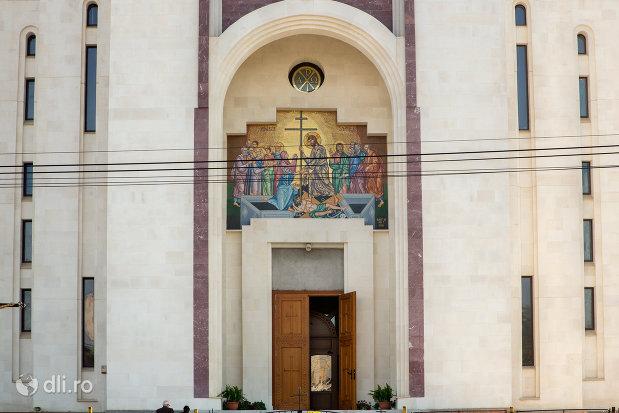 intrarea-in-catedralaepiscopala-ortodoxa-invierea-domnului-din-oradea-judetul-bihor.jpg