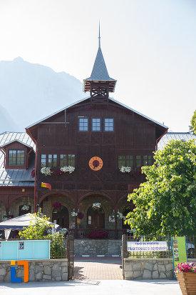 intrarea-in-centrul-cultural-aurel-store-din-busteni-judetul-prahova.jpg