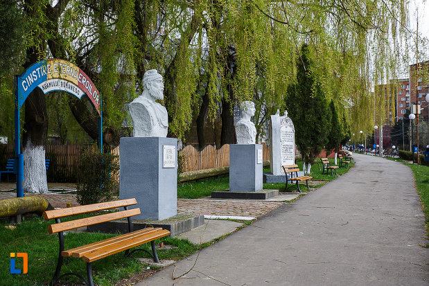 intrarea-in-cimitirul-eroilor-busturile-lui-decebal-si-traian-din-lupeni-judetul-hunedoara.jpg
