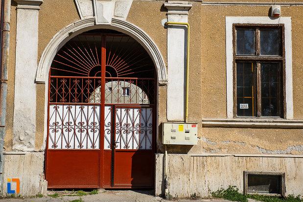 intrarea-in-cladire-fosta-scoala-din-orastie-judetul-hunedoara.jpg