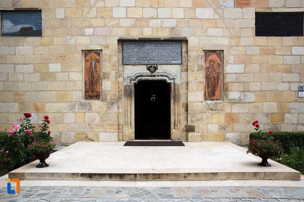 intrarea-in-cladire-manastirea-negru-voda-din-campulung-muscel-judetul-arges.jpg