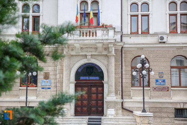 intrarea-in-cladirea-administrativa-a-orasului-azi-prefectura-si-consiliul-judetean-suceava.jpg