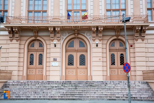 intrarea-in-cladirea-colegiului-national-moise-nicoara-din-arad-judetul-arad.jpg
