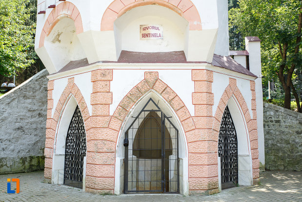 intrarea-in-cladirea-izvorul-sentinela-1896-din-vatra-dornei-judetul-suceava.jpg
