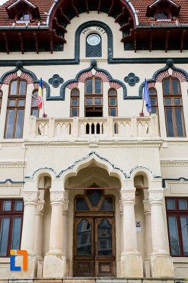 intrarea-in-cladirea-primariei-azi-palatul-culturii-din-campulung-muscel-judetul-arges.jpg