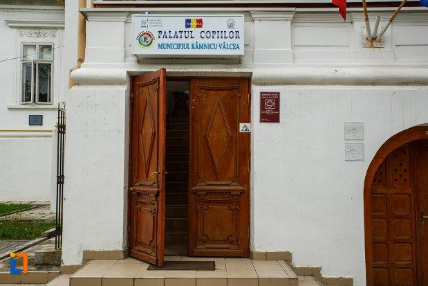 intrarea-in-conacu-socoteanu-lahovari-azi-palatul-copiilor-din-ramnicu-valcea-judetul-valcea.jpg