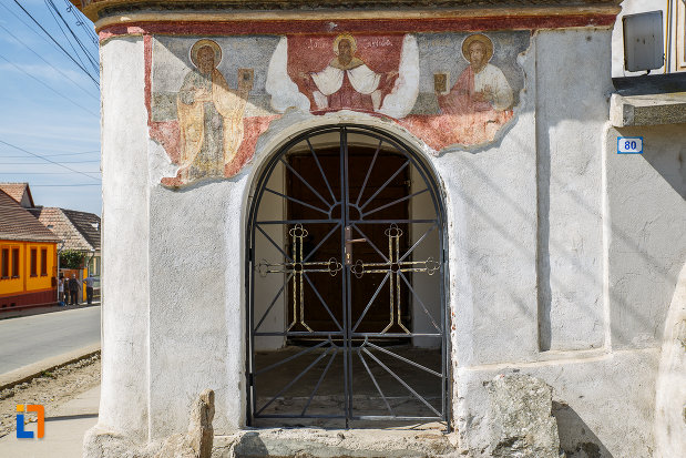 intrarea-in-curtea-de-la-biserica-sf-arhangheli-mihail-si-gavril-1700-biserica-lui-mihai-viteazul-din-ocna-sibiului-judetul-sibiu.jpg