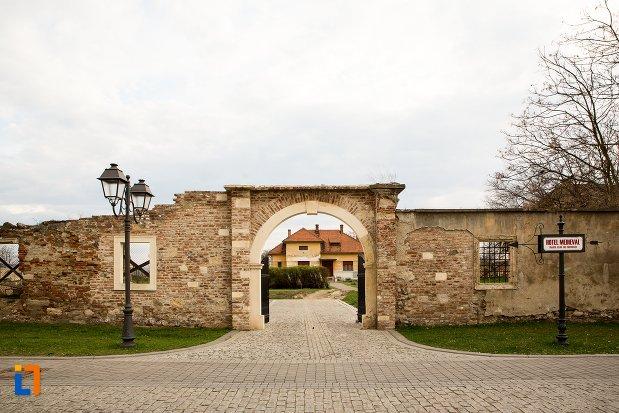 intrarea-in-curtea-de-la-palatul-principilor-azi-cercul-militar-din-alba-iulia-judetul-alba.jpg