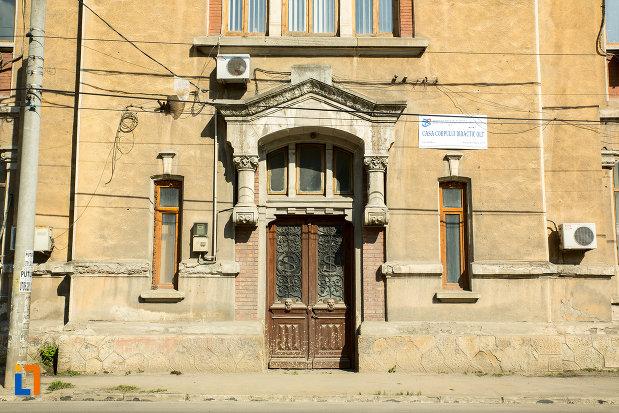 intrarea-in-fosta-scoala-de-baieti-din-slatina-judetul-olt.jpg
