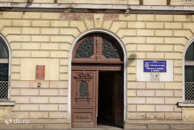 intrarea-in-hala-de-comert-azi-universitatea-oradea-facultatea-de-medicina-si-farmacie-judetul-bihor.jpg