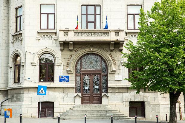 intrarea-in-liceul-fratii-buzesti-din-craiova-judetul-dolj.jpg