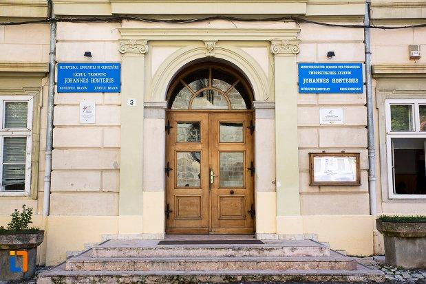 intrarea-in-liceul-teoretic-johannes-honterus-din-brasov-judetul-brasov.jpg