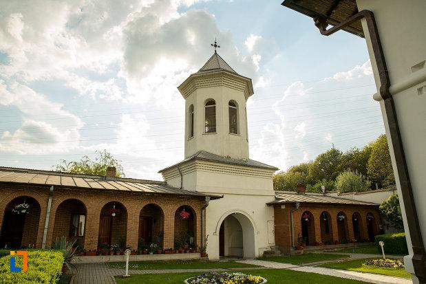 intrarea-in-manastirea-clocociov-din-slatina-judetul-olt-vazuta-din-spate.jpg
