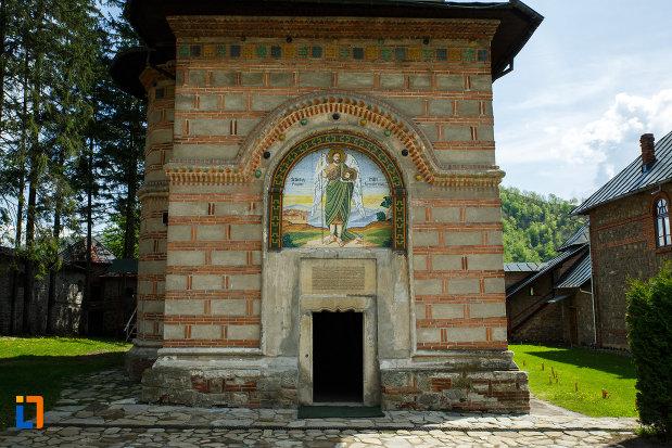 intrarea-in-manastirea-cornetu-din-calinesti-judetul-valcea.jpg