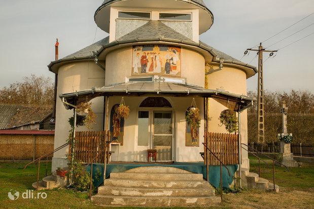 intrarea-in-manastirea-izbuc-din-valea-lui-mihai-judetul-bihor.jpg