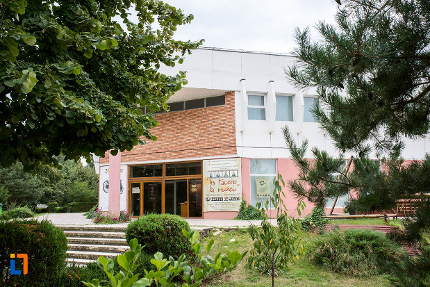 intrarea-in-muzeul-agriculturii-din-slobozia-judetul-ialomita.jpg