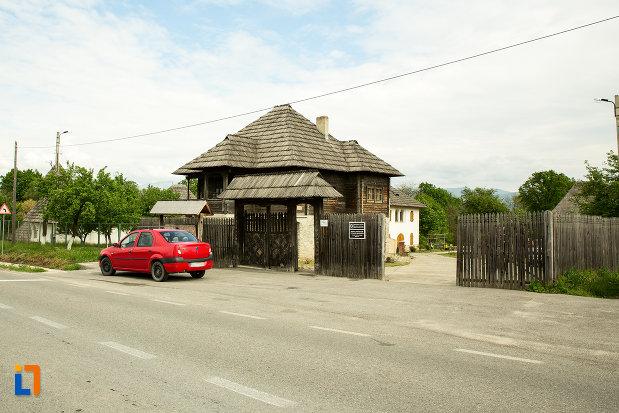 intrarea-in-muzeul-arhitecturii-populare-din-curtisoara-judetul-gorj.jpg