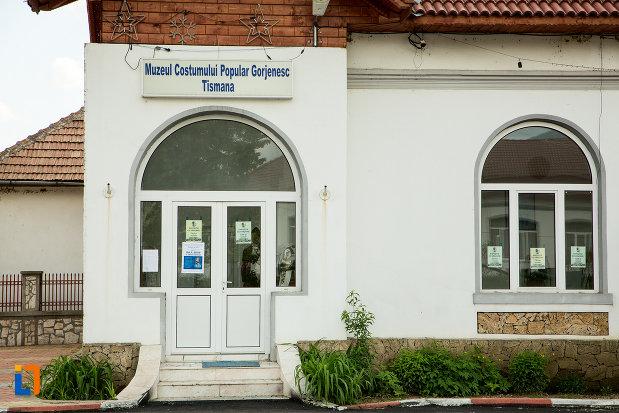 intrarea-in-muzeul-costumului-popular-gorjenesc-din-tismana-judetul-gorj.jpg