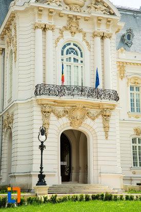 intrarea-in-muzeul-de-arta-din-craiova-judetul-dolj.jpg