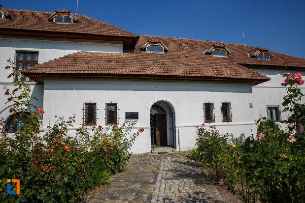 intrarea-in-muzeul-de-etnografie-al-vaii-teleajenului-din-valenii-de-munte-judetul-prahova.jpg