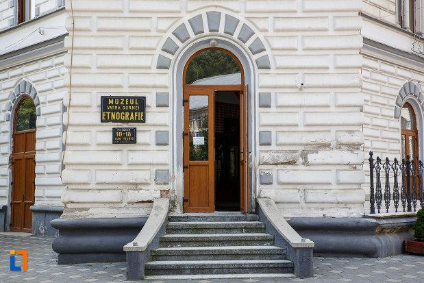intrarea-in-muzeul-de-etnografie-din-vatra-dornei-judetul-suceava.jpg