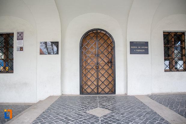 intrarea-in-muzeul-de-istorie-a-farmaciei-din-sibiu-judetul-sibiu.jpg