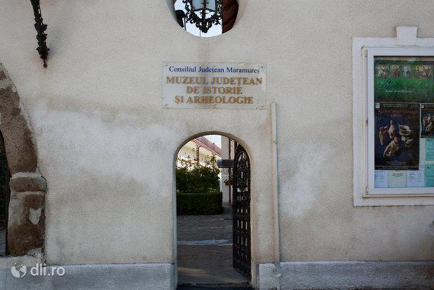 intrarea-in-muzeul-de-istorie-si-arheologie-din-baia-mare-judetul-maramures.jpg