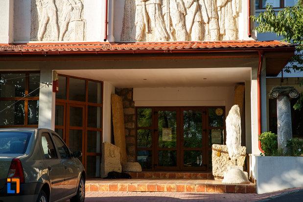 intrarea-in-muzeul-de-istorie-si-arheologie-din-tulcea-judetul-tulcea.jpg